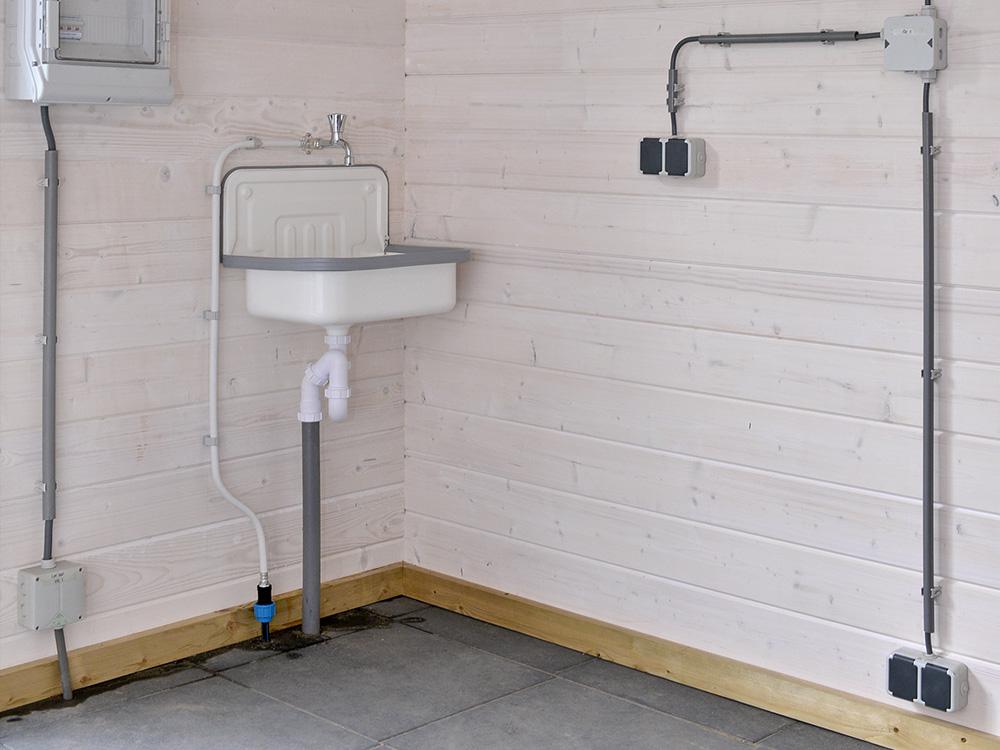 Aanleg water en stroom in hobbyruimte